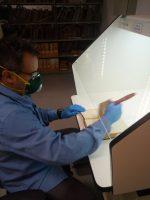 Antônio Triches, Técnico em Restauração, utilizando a capela para higienização do acervo do Laboratório de Recuperação de Acervo da Biblioteca Central da PUCRS.