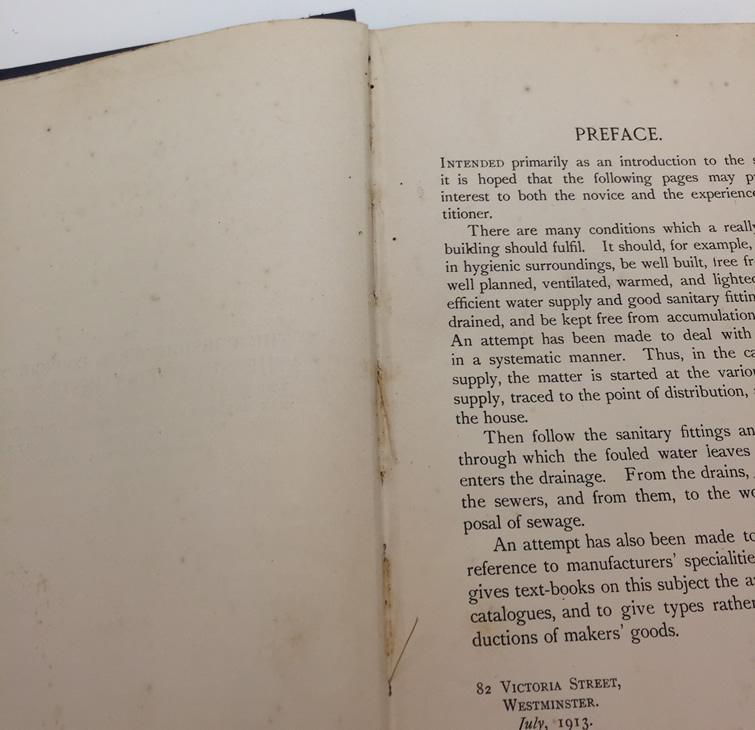 Detalhe de livro higienizado na capela para higienização do acervo do Laboratório de Recuperação de Acervo da Biblioteca Central da PUCRS.