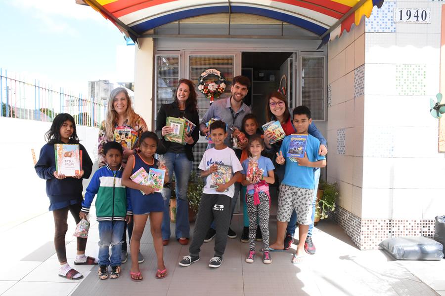 Biblioteca Central da PUCRS entrega livros e gibis infantis às crianças do Centro Social Marista Ir. Antônio Bortolini