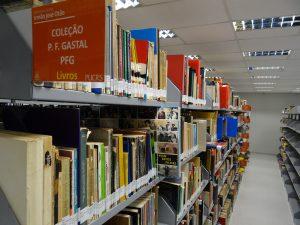 Foto de estantes com livros do Acervo Especial da Biblioteca Central da PUCRS