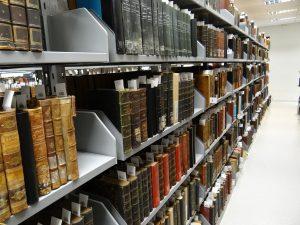 Foto mostrando estantes da coleção de Obras Raras da Biblioteca Central da PUCRS